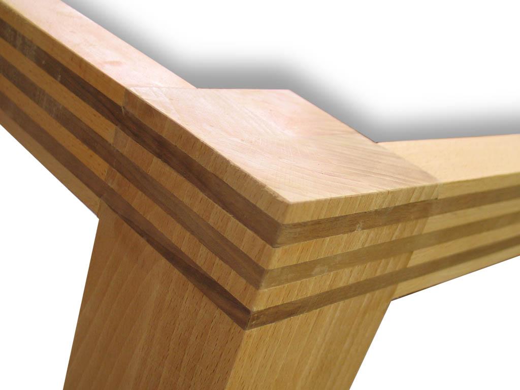 De tafel is opgebouwd uit lagen beuken- en notenhout