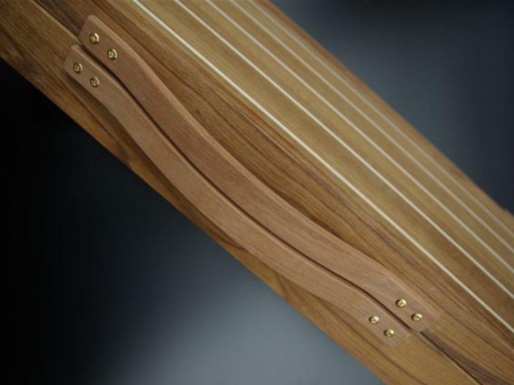 Gebogen handgemaakte houten kofferhandgreep met messing schroeven